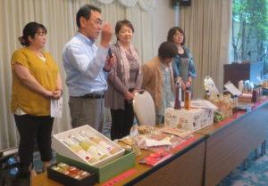 生産者の皆さんと6次化加工品の説明を行う「とんとん市場」清田雅人社長